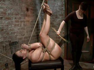 Порно брюнетку наказал